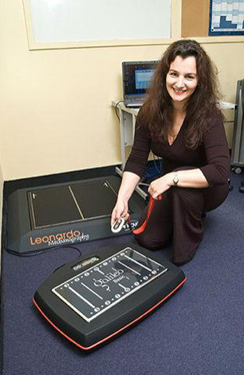 Dr. Silmara Gusso and the WBVT plate (Photo courtesy of the University of Auckland).